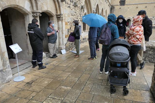 Public attendant sous la pluie
